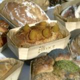 Pane alle albicocche cotto nel suo stampo di cottura in legno