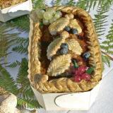 Terrina di fegatini di pollo ai mirtilli e ribes nel suo stampo in legno