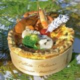 Tortino ai frutti di mare nel suo cerchio in legno incollato
