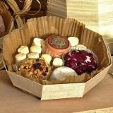 Vaschetta ottagonale in legno con assortimento di formaggi