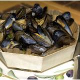 Cozze alla marinara nel loro piatto in legno