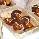 Dessert goloso al cioccolato e noci nella sua vaschetta in legno