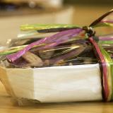 Assortimento di cioccolatini e mandorle in scatola e rafia