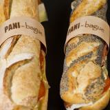 Filone e panino ai semi con fascetta in legno personalizzata